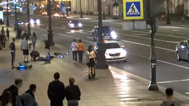 В Петербурге банда на электросамокатах устроила боулинг из прохожих: закончилось дракой и больницей
