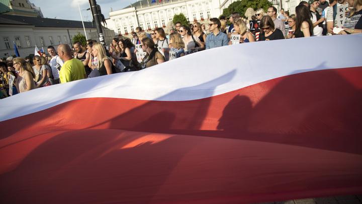 Трое граждан Германии стащили флаг Польши, чтобы затоптать его