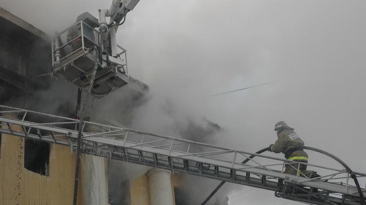 Дореволюционный дом и пьяный жилец: Возле горящего здания в центре Москвы скопилась крупная пробка