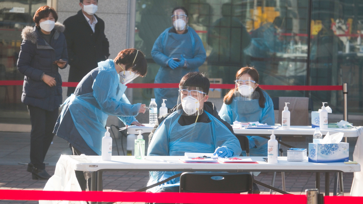 Эпидемии и пандемии нет: Эксперт рассказал, кому выгодна паника на коронавирусе