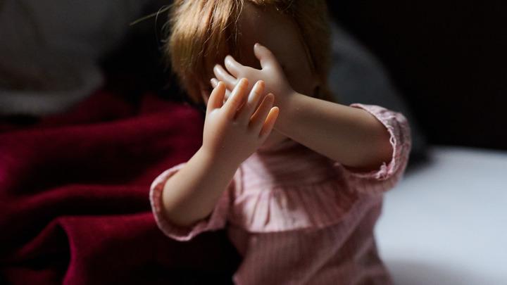 Тянул ребёнка по лестнице: В Омске педофил напал на девочку прямо под видеокамерами
