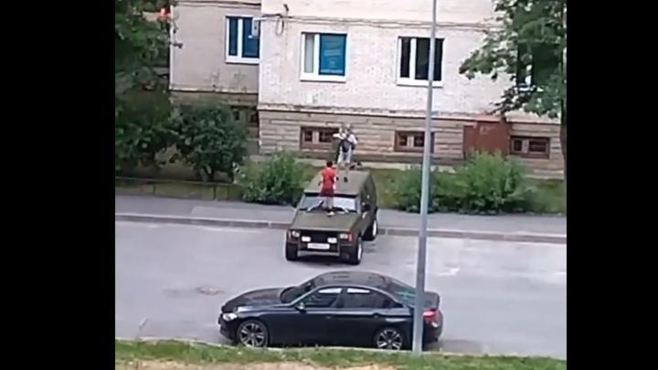Ремня бы им … Петербуржцы требуют наказать тиктокеров, устроивших танцы на капоте внедорожника