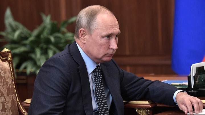 Перехват исключен, но предательство возможно: Источник в Кремле рассказал о телефоне Путина