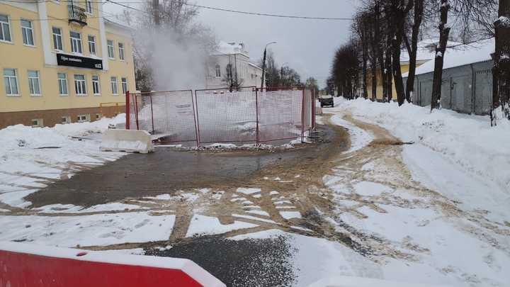 На улице Луначарского опять прорвало теплотрассу