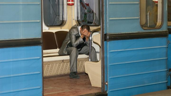 Движение на красной ветке метро Москвы приостановлено из-за падения пассажира на рельсы