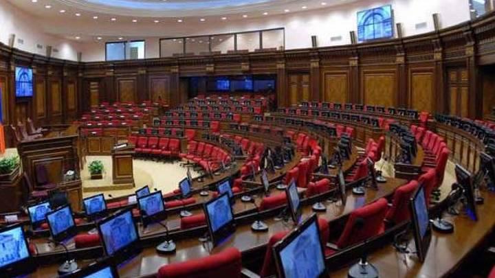 Всего 12 депутатов пришли сегодня на заседание парламента Армении из-за коллизии в законах