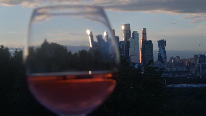 Онищенко предложил заменить в России коньяк на вино