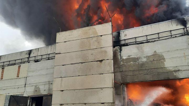 Пожар на химзаводе в Ростовской области 25 февраля: Валит едкий дым - онлайн-трансляция, фото, видео