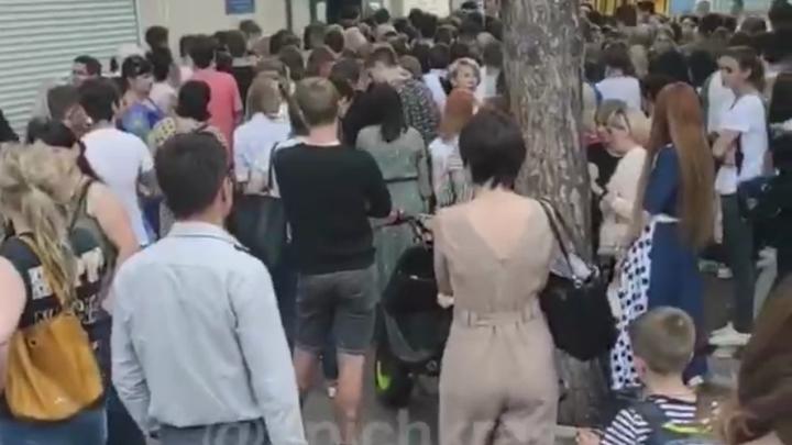 Ковид побежден? Массовая апелляция школьников попала на видео в Краснодаре