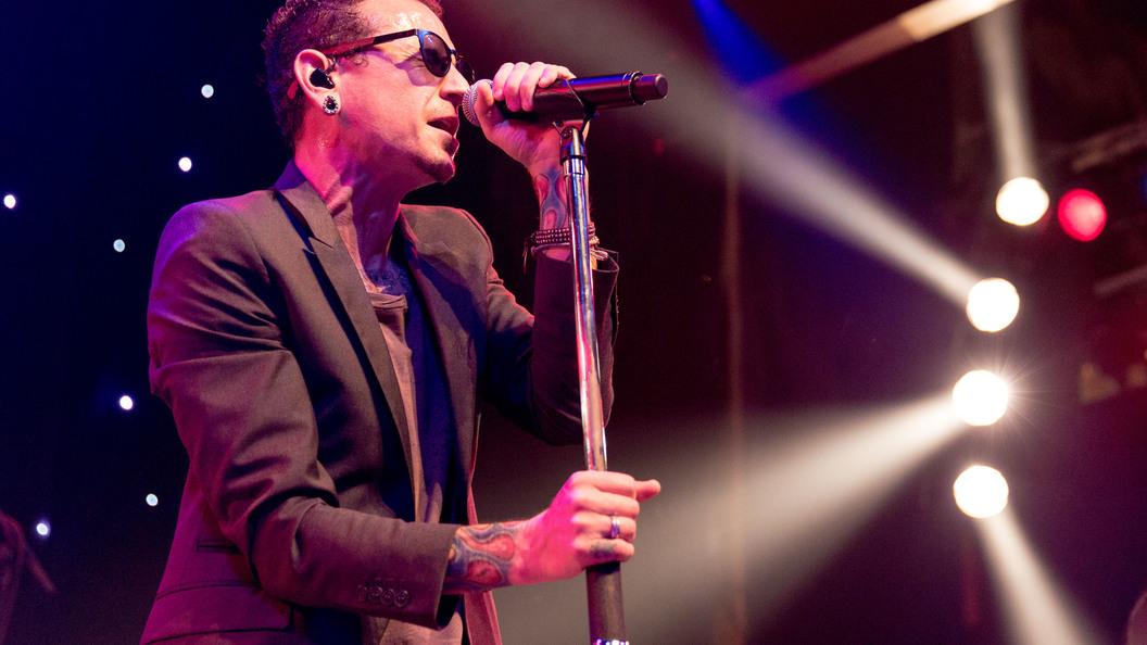 Очередь за визами у посольства США в Москве сняли после смерти вокалиста Linkin Park