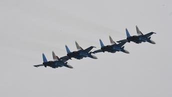 Три боевых истребителя приземлились на заснеженную автостраду под Ростовом - видео