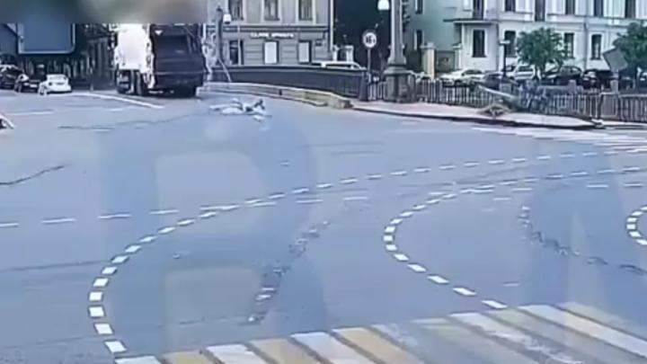 Мусоровоз снес несколько светофоров в центре Петербурга