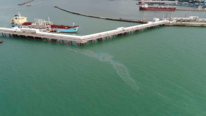 Ущерб от разлива нефтепродуктов в Черном море под Туапсе оценили в 70 млн рублей