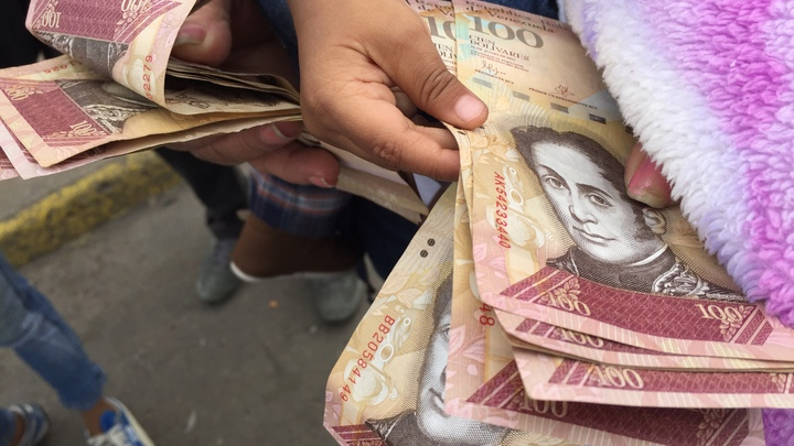 Венесуэле советуют переходить на доллар США