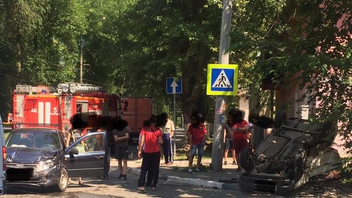 В Самаре в столкновении Lada Granta и вазовской девятки пострадало три человека: видео с места ДТП