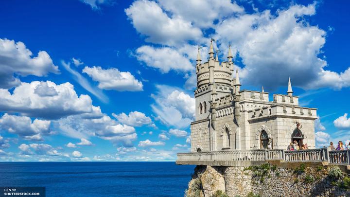 В Севастополе спущены на воду гигантские понтоны для сооружения арок Керченского моста