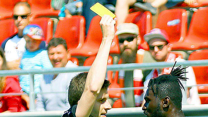 В Англии будут «награждать» карточками не только футболистов, но и тренеров