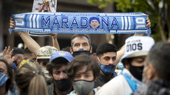 Прощание с Марадоной закончилось резиновыми пулями и газом: Фанаты устроили столкновения с полицией