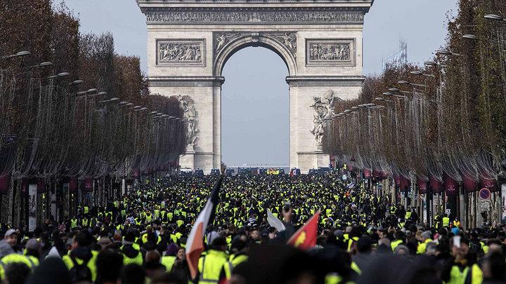 Во Франции чрезвычайное положение и мобилизация. В чью пользу?