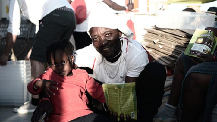 Демарш по-итальянски: Мигранты встали на пути министра экономики в Париж