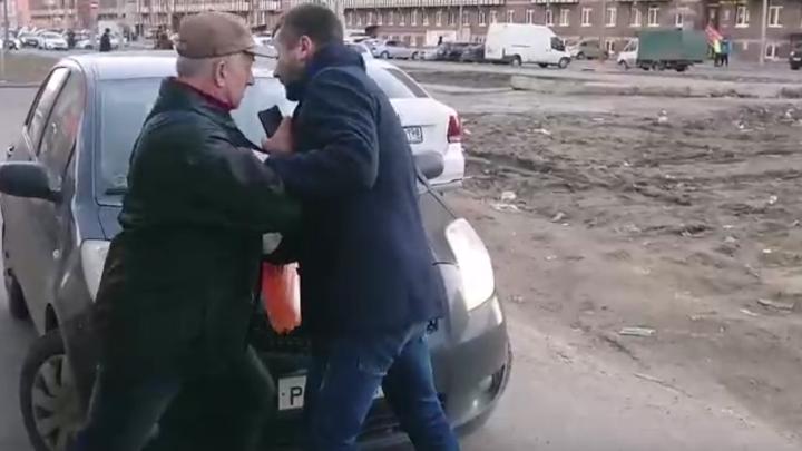 Петербуржцы требуют наказать мужчину, толкнувшего старика, чтобы проехать на машине по тротуару