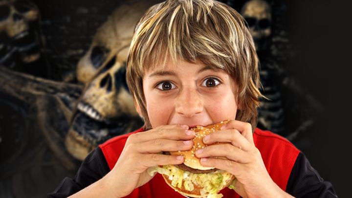 «Слепой, глухой и... жирный»: Чем рискуют любители фастфуда
