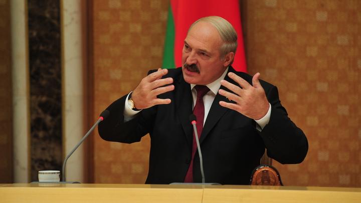 «Кому мы платим деньги?»: Лукашенко обвинил жён футболистов в симпатиях к радикалам