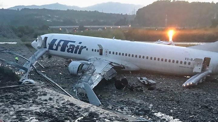 «Еле выбрались», «Помощь не пришла»: В соцсетях публикуют видео загоревшегося в Сочи самолета
