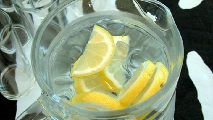 Вода с лимоном предотвращает рак? Испанский диетолог раскрыл правду о напитке