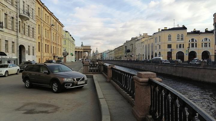 Рушатся даже исторические памятники: В Петербурге посыпался фасад дома Демидовых