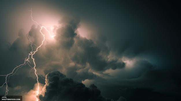 Очевидцы публикуют видео торнадо в Алтайском крае