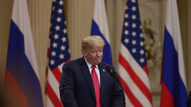 Демократы похабным жестом оценили поездку Трампа в Хельсинки