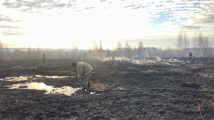 В Екатеринбурге в районе Солнечного ради пожарных перекрыли дорогу