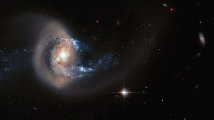Астрономы зафиксировали гигантский эллипс, рассыпающий звезды