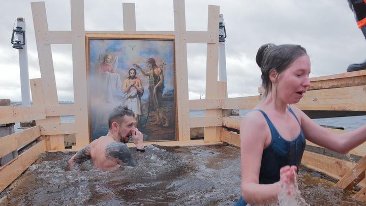 Клирик новосибирского храма рассказал, как освящать воду и окунаться на Крещение