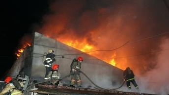 МЧС: Несколько человек заблокированы в охваченном огнем здании СВР в Москве