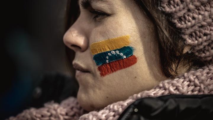 Зажигательный карнавал в поддержку Мадуро: В Каракасе начался митинг сторонников президента Венесуэлы