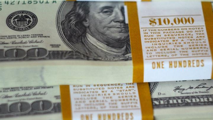 Доллар подешевел и рухнул по стоимости ниже 65 рублей