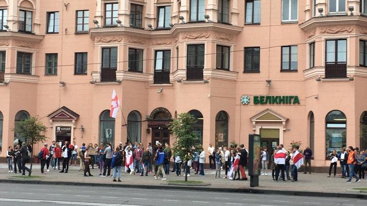 На проспект пускают только с красно-зелёными флагам - разоблачение Nexta в одном видео