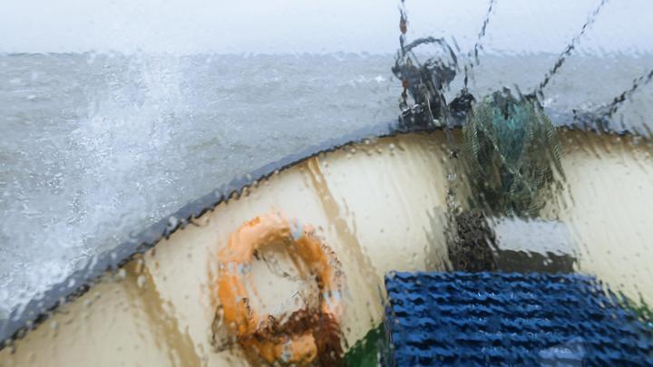 Вертолеты береговой охраны сняли экипаж срыболовецкого траулера, терпящего бедствие вводах Шпицбергена