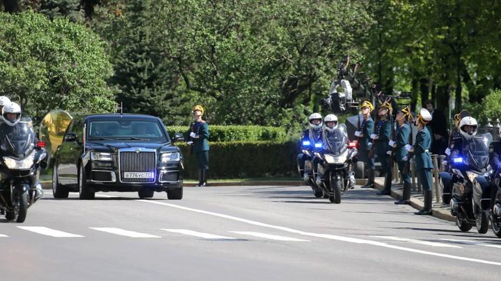 Президентский минивэн Aurus прокатился по улицам Москвы - фото