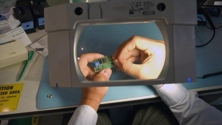 Атака роботов-москитов: Ученые научили микродрона получать энергию из лазерного луча