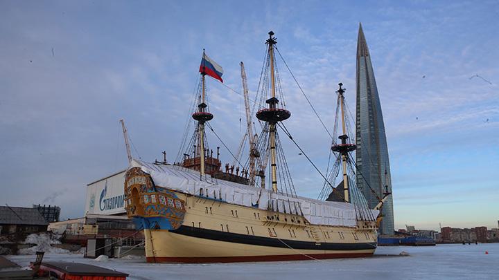 Знаменитый корабль петровских времен Полтава пришвартуется у Английской набережной Петербурга