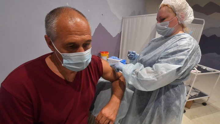 В Петербурге иностранных работников фуд-кортов привьют от коронавируса за деньги