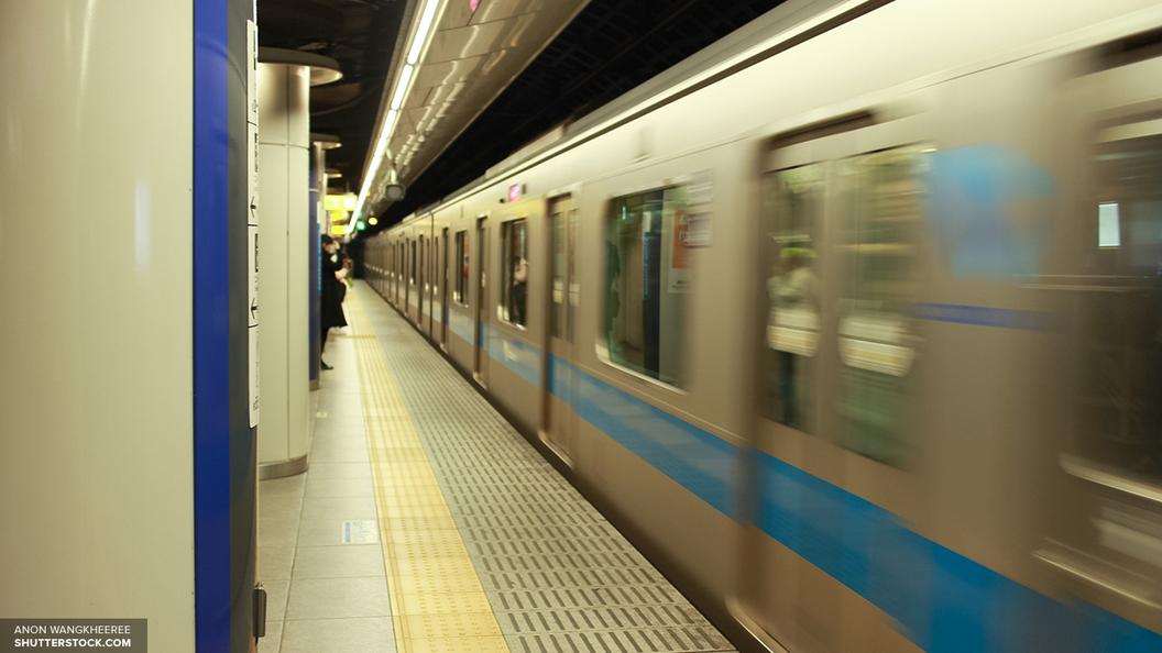 В столичном метро человек упал на рельсы, движение по салатовой ветке затруднено