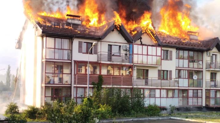 В модном поселке под Челябинском из-за удара молнии сгорел многоквартирный дом