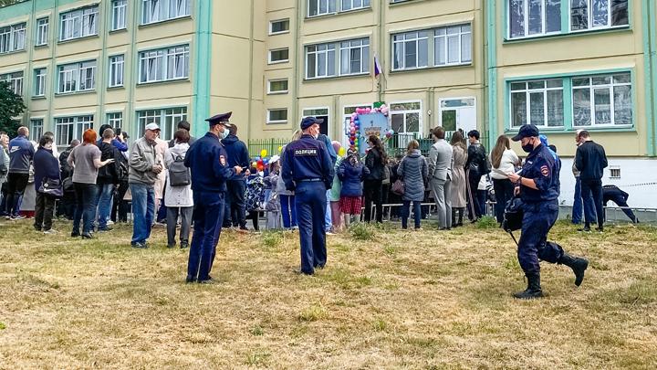 Линейка за спинами полиции: Челябинск отмечает 1 сентября
