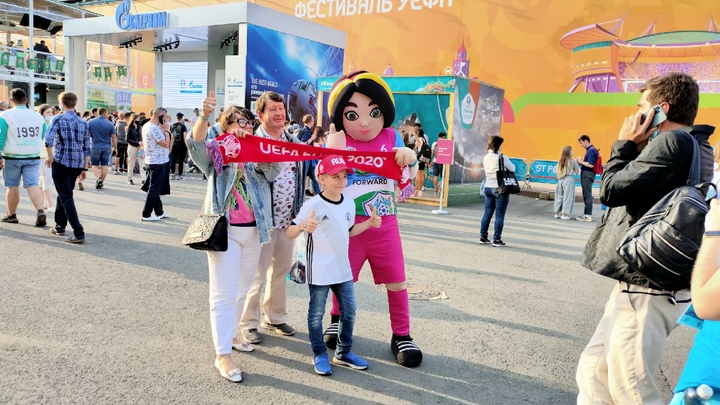 За два часа до матча Евро-2020 сборных России и Бельгии все фан-зоны в Петербурге почти заполнены