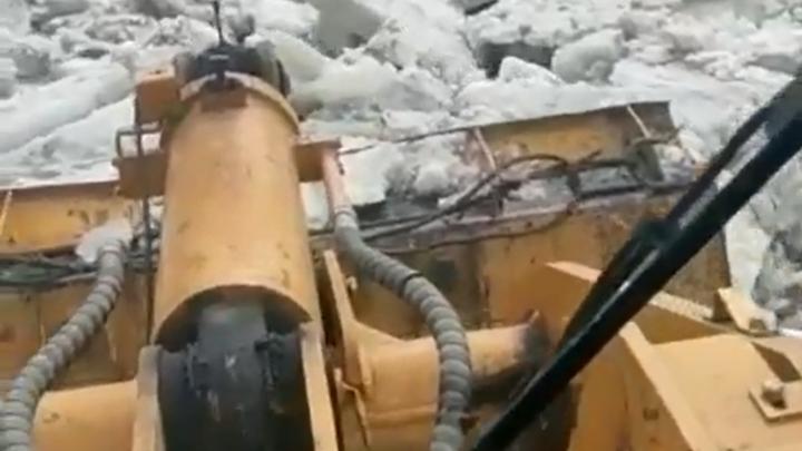Дорогу в кузбасском поселке завалило льдинами во время ледохода