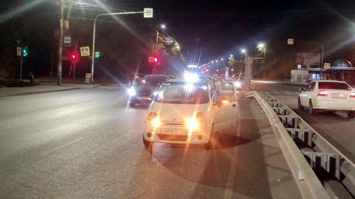 12-летний мальчишка перебегал шоссе на красный и попал под машину в Челябинске